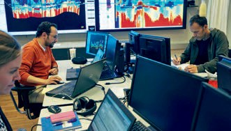 ONE TEAM: Maersk, Schlumberger and Det norske in the operations room for geo-management in Trondheim. They are in continuous contact with the rig at all hours of the day, this forms the basis for success. Photo: Det norske